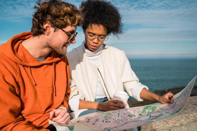 Deux voyageurs avec une carte.