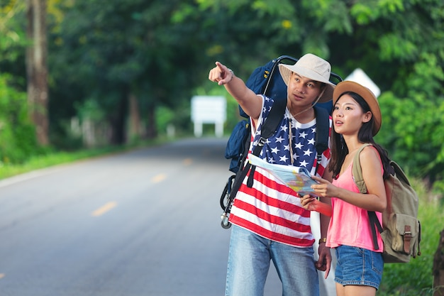 Deux voyageurs marchant sur la rue de campagne