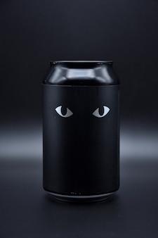 Deux yeux dessinés sur fond noir. deux yeux de chat dessinés sur fond noir sur une canette en aluminium, deux yeux sur fond noir