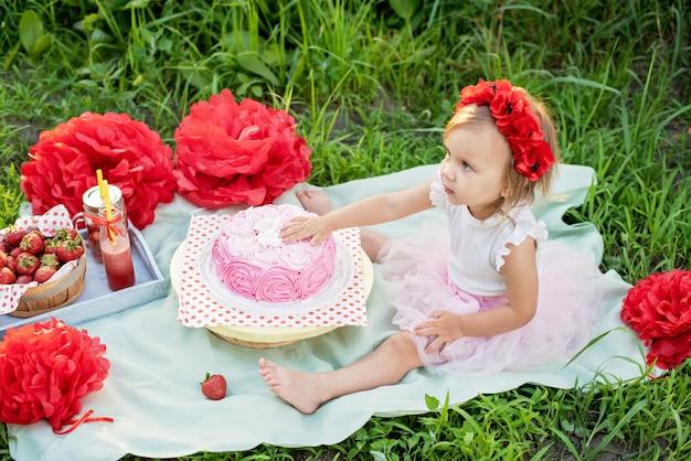 Deuxième anniversaire de la petite fille. cake smash.