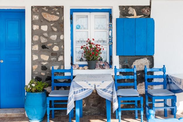 Devant une maison traditionnelle à santorin