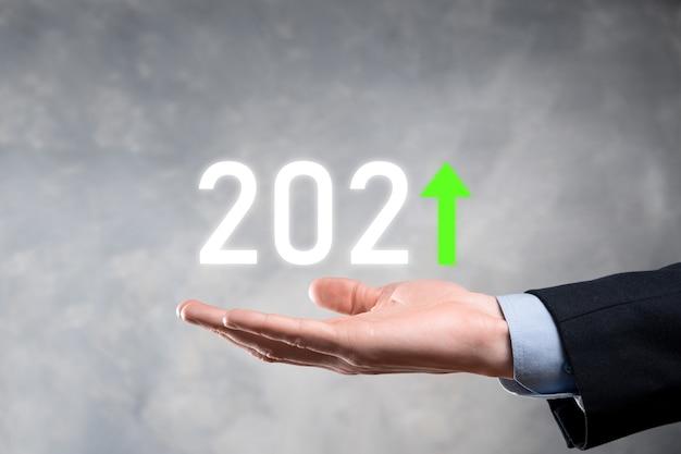 Développement des affaires vers le succès et le concept de croissance croissante de l'année 2021.