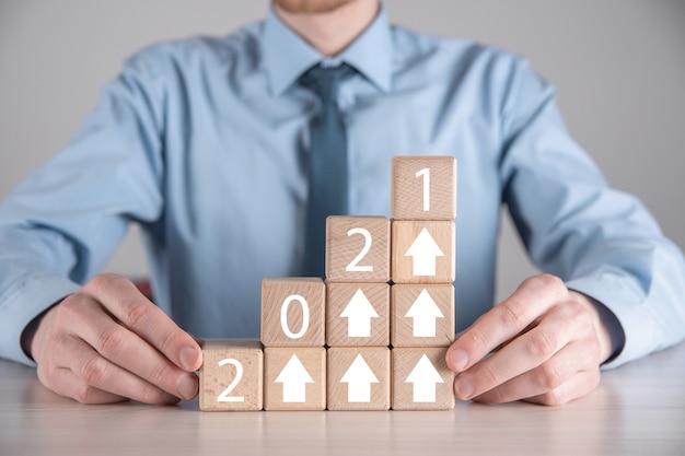 Développement des affaires vers le succès et concept de croissance croissante