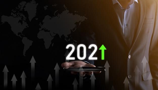 Développement des affaires vers le succès et croissance croissante du concept de l'année 2021.graphique de la croissance de l'entreprise dans le concept de l'année 2021.plan de l'homme d'affaires et augmentation des indicateurs positifs dans son entreprise.