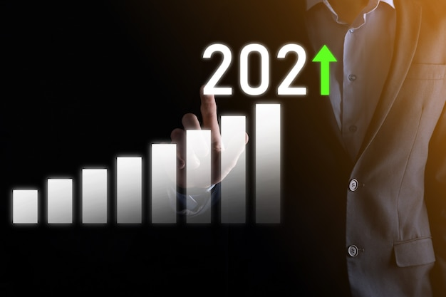 Développement des affaires vers le succès et croissance croissante du concept de l'année 2021.planifier le graphique de la croissance des affaires dans le concept de l'année 2021.plan d'homme d'affaires et augmentation des indicateurs positifs dans son entreprise.