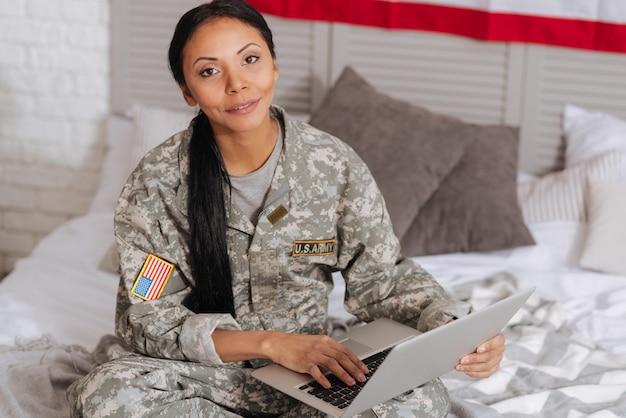 Développement personnel. une belle dame intelligente et instruite lisant des articles à l'aide de son ordinateur portable tout en se détendant dans sa chambre pendant le week-end