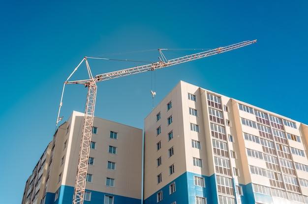 Développement résidentiel et grue à colonne