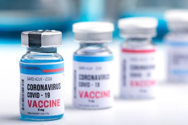 Développement d'un vaccin contre le virus d'un coronavirus covid-19, flacon de vaccin en concept d'assurance et lutte contre le coronavirus 2019 ncov cure, recherche médicale en laboratoire pour arrêter la propagation du virus