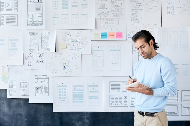 Développeur d'applications professionnel prenant des notes