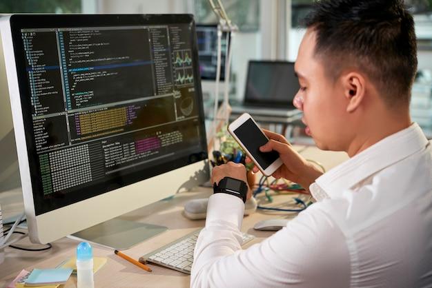 Développeur de logiciels testant une nouvelle application