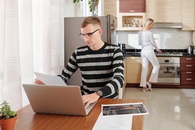 Développeur de logiciels travaillant à domicile