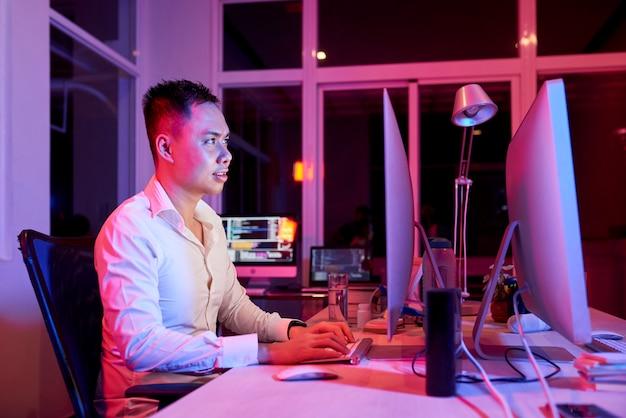 Développeur de logiciels travaillant