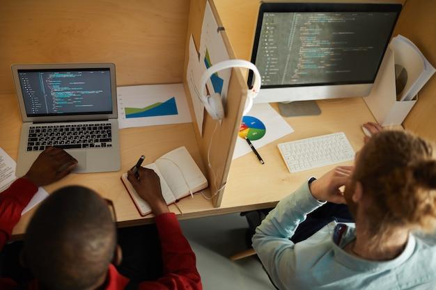 Développeurs informatiques au travail