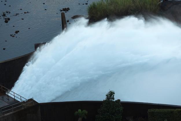 Déversoir du watergate d'un grand barrage