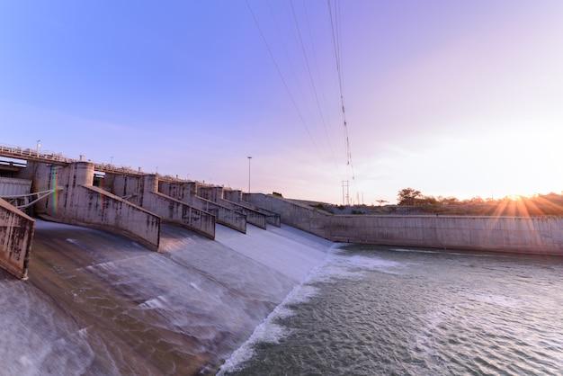 Déversoir de la porte du barrage le matin, le projet du barrage pa sak cholasit est l'un des principaux projets d'irrigation.