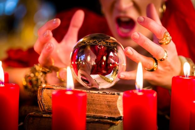 Un devin pendant une séance avec crystal ball