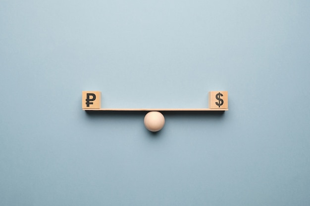 La devise du dollar est égale aux roubles sur l'échelle.