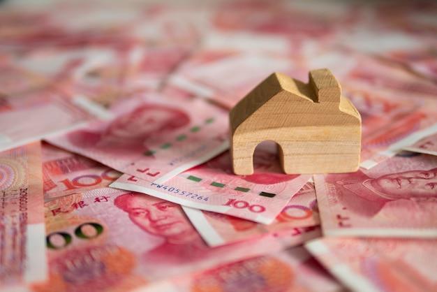 Devise yuan chinois (cny ou rmb) et bloc de maison en bois pour les affaires immobilières et foncières c