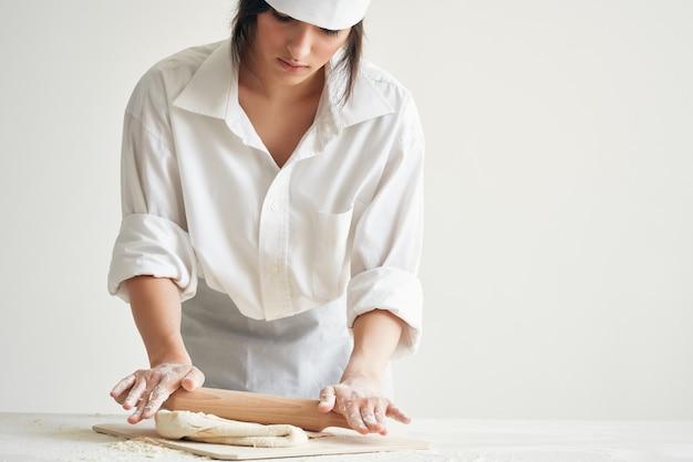 Les devoirs de cuisson de boulangerie de pâte cuisent. photo de haute qualité