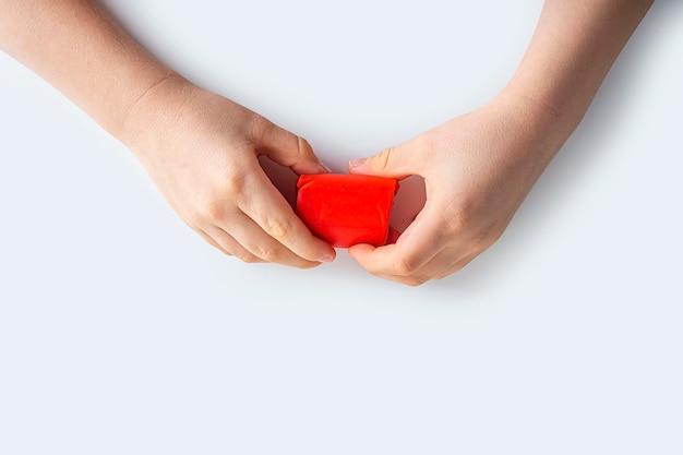 Dextérité. créativité des enfants. modélisation de la pâte à modeler pour le développement de l'enfant à la maison. childs mains créant coeur de pâte rouge pour la modélisation