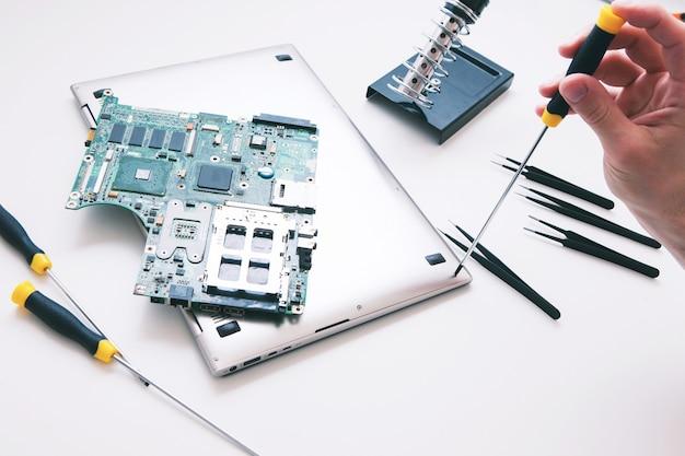 Diagnostic, réparation, concept de service d'ordinateur portable. carte mère de l'ordinateur, pc dans la vue de dessus de l'atelier de réparation