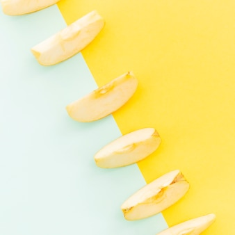 Diagonale de tranches de pommes sur fond coloré