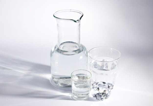 Diamant avec des récipients en verre sur fond blanc