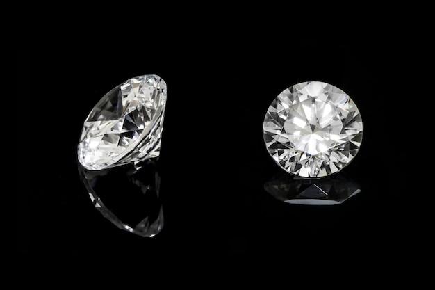 Diamant rond placé sur le sol avec un beau reflet.