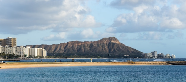 Diamond head mountain avec waikiki beach hawaii