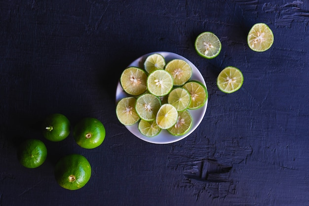 Diapositives de citron frais sur une plaque