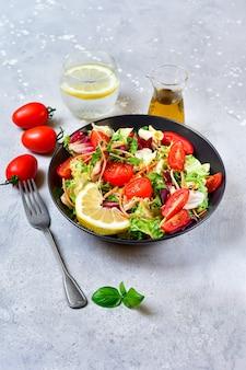 Diète déjeuner légumes frais salade de tomate, laitue
