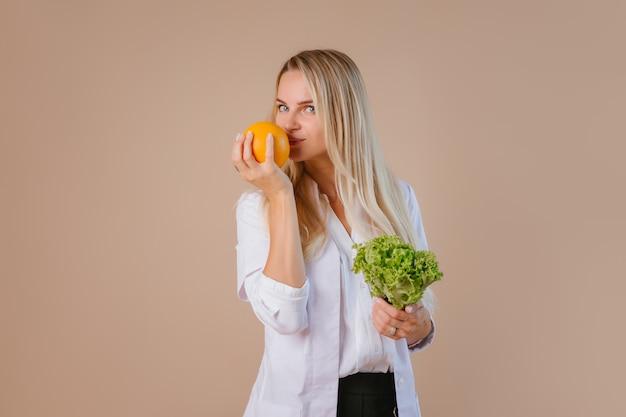 La diététiste tient des fruits et légumes