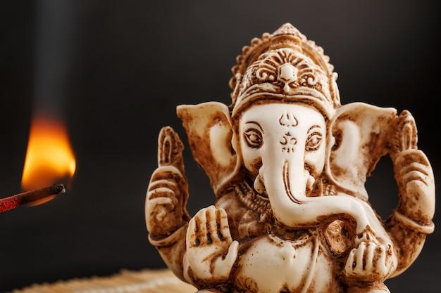 Dieu hindou ganesh sur fond noir