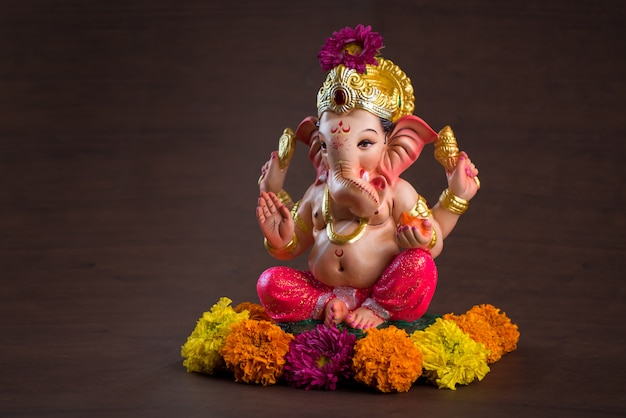 Dieu hindou ganesha. ganesha idol sur un espace en bois sombre.
