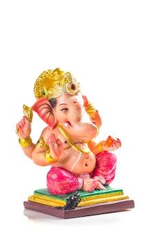 Dieu hindou ganesha. idole de ganesha sur blanc.