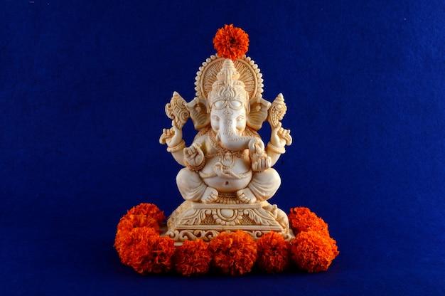 Dieu hindou ganesha. idole de ganesha sur l'espace bleu.
