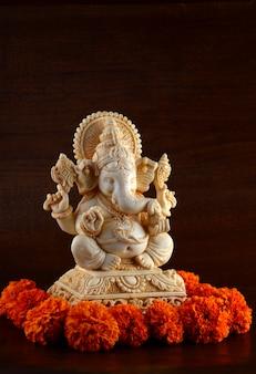 Dieu hindou ganesha. idole de ganesha sur espace brun