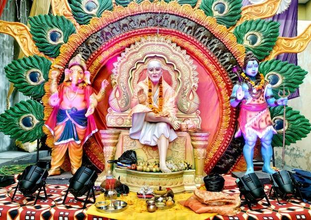 Dieu hindou indien shirdiwale sai baba pierre de bénédiction idole dans le temple spirituel hindou, considéré par ses dévots comme un saint.