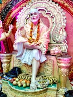 Dieu hindou indien shirdiwale sai baba pierre de bénédiction idole dans le temple spirituel hindou