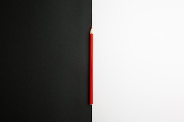 La différence entre les crayons de couleur noir et blanc