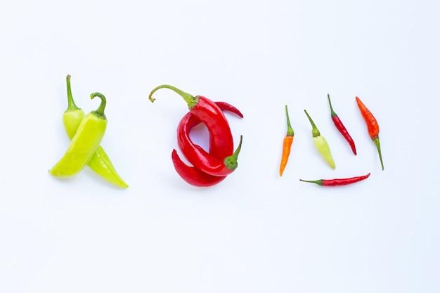 Différent chili sur blanc