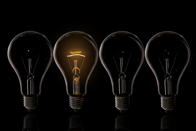 Différentes ampoules sur l'obscurité, le concept de leadership