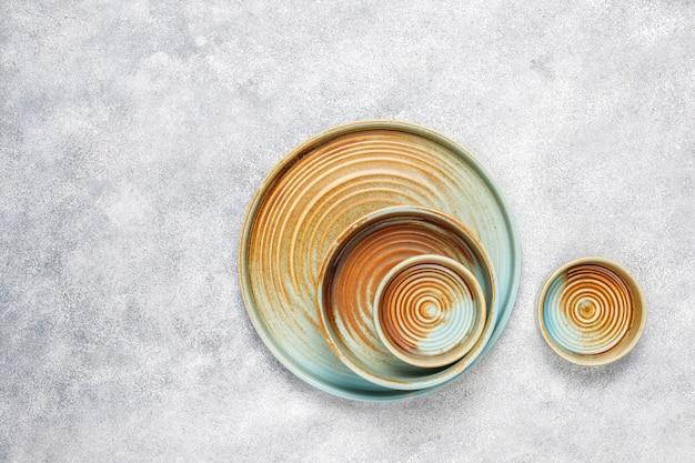 Différentes assiettes et bols vides en céramique.