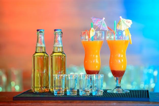 Différentes boissons alcoolisées et cocktails au bar.