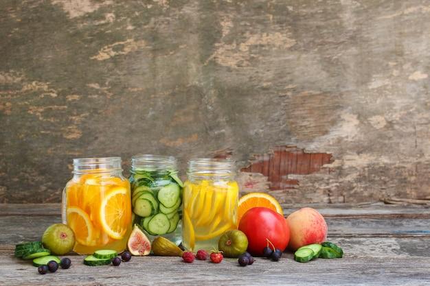 Différentes boissons de fruits et légumes sur fond de bois ancien