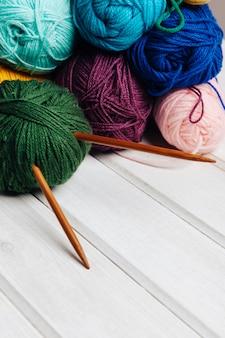 Différentes boules et aiguilles de laine