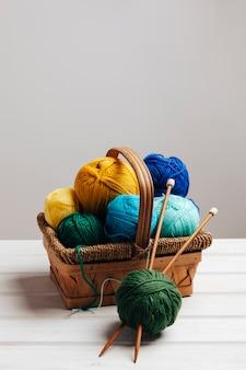 Différentes boules de laine dans le panier