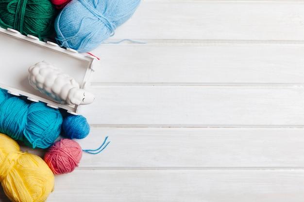 Différentes boules de laine et espace à droite