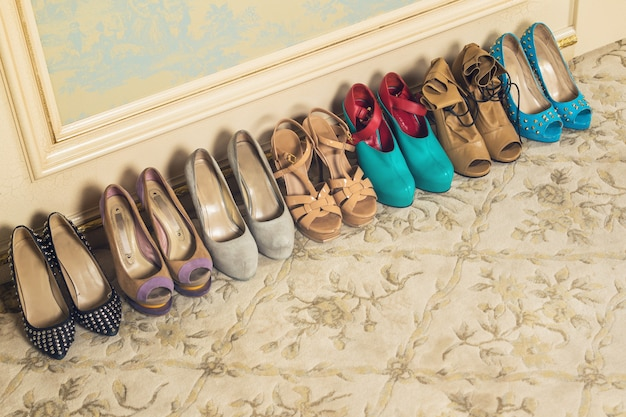 Différentes chaussures féminines sur des talons hauts