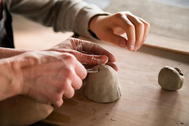 Différentes choses pour l'atelier de ceramis pour les enfants